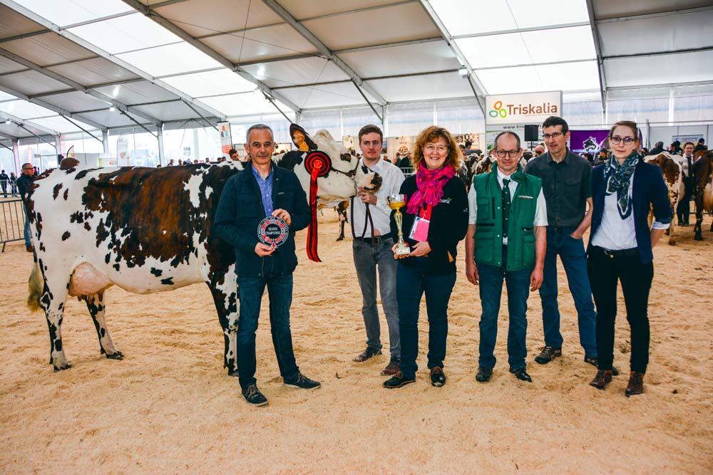 Helisa championne du concours Normande, lors de la remise de prix par Didier Le Du, directeur du journal Paysan Breton.