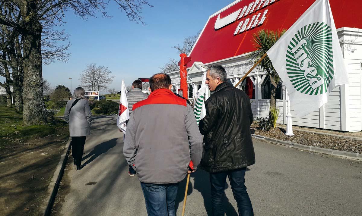 En Ille-et-Vilaine, une petite délégation d'agriculteurs est allée chercher des renseignements sur l'origine des viandes et les prix d'achat.