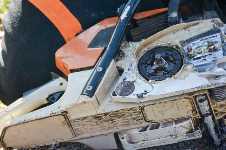 Les 3 ressorts vont ramener les masselottes au centre, quand le moteur est au ralenti. Si un ressort est cassé, la chaîne tournera tout le temps. Une cloche se positionne sur ces masselottes, elle actionne aussi la pompe à huile.