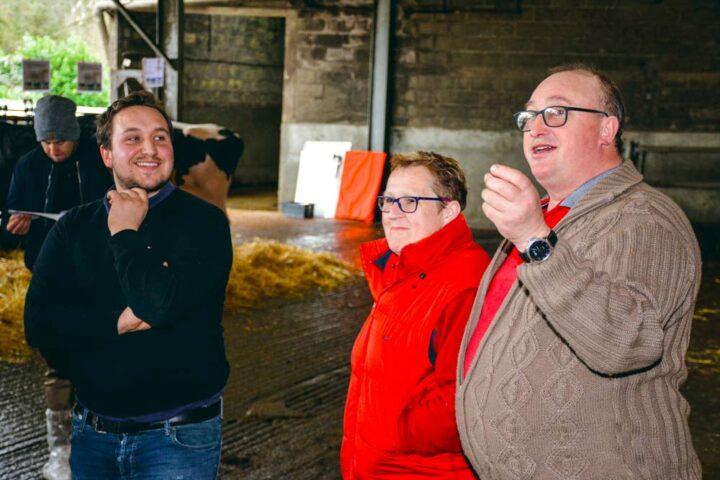 Guillaume, Chantal et Jacques Guézel recevaient les adhérents de Prim'Holstein 56, la semaine dernière, après l'assemblée générale du syndicat.