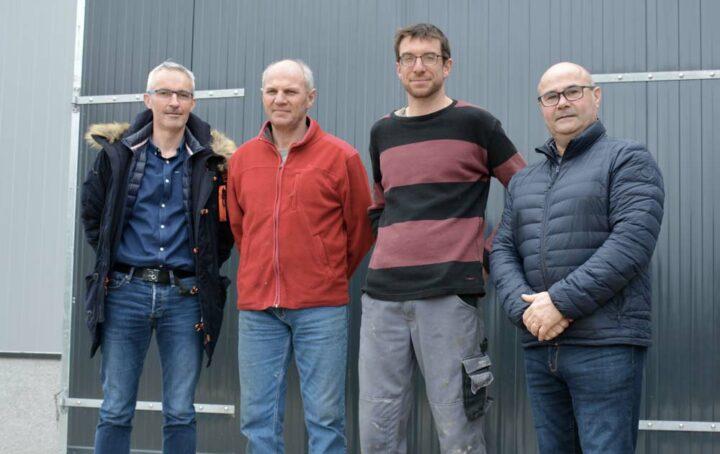 De gauche à droite : Olivier Nicolas, co-gérant d'I-Tek ; Hervé et Benoît Bernard, éleveurs; Alain Carrée, commercial Sanders Bretagne