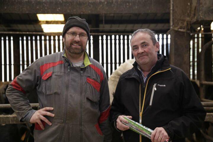 Jean-Marc Le Vourc'h (à gauche) s'est adressé à Pierre Leroy (à droite), conseiller Cultivert, pour installer des matelas dans les logettes de ses vaches laitières.