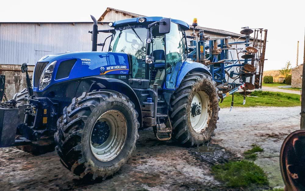 Premier essai de conduite du tracteur avec le cultivateur pour Mathieu Guillo, à la Cuma de Loqueltas (56), en avril 2018.
