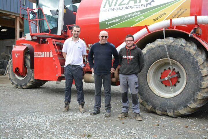 De gauche à droite : Guillaume Nizan, son père Serge et Kévin Boheas, salarié qui conduit régulièrement l'automoteur.