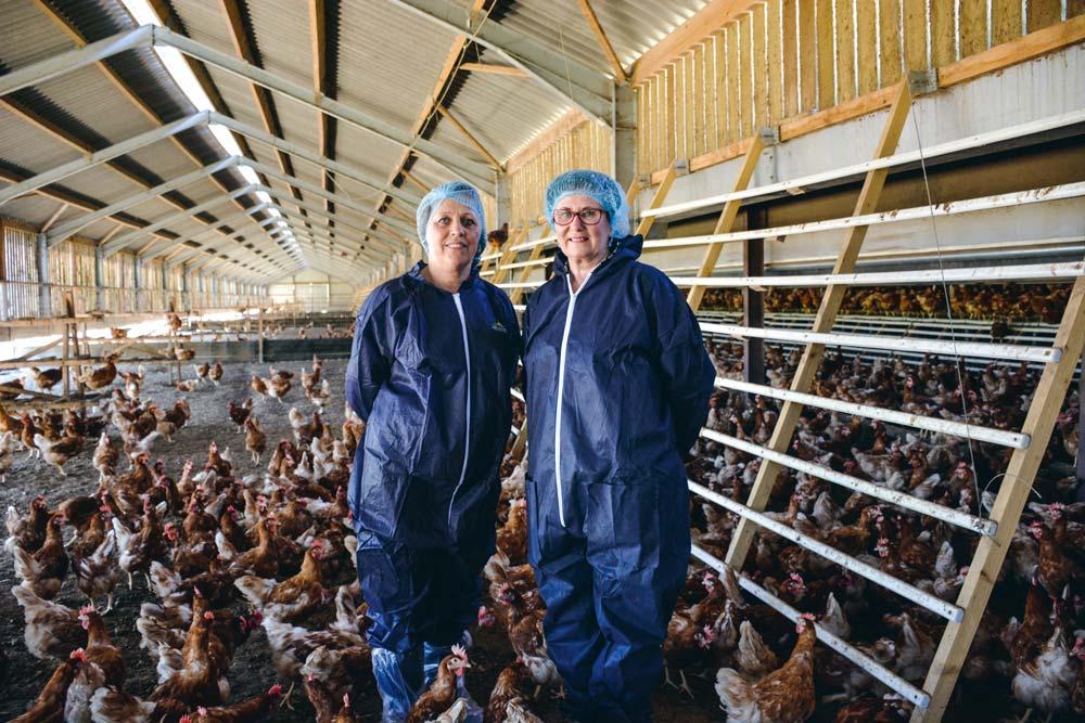 Nathalie Mordelet, responsable technique pondeuse pour Le Gouessant, et Isabelle Guillerm, avicultrice.