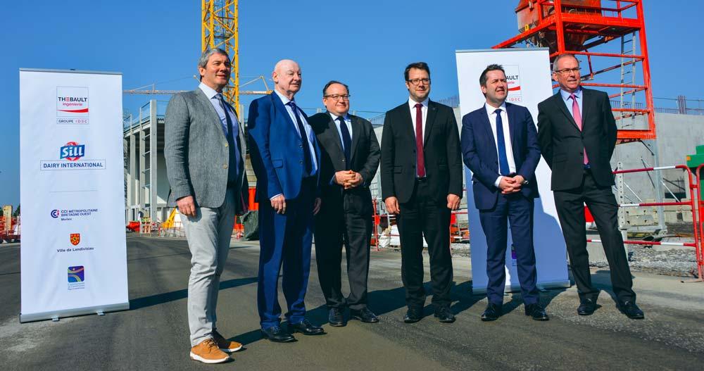 Gilles Falchun, président-directeur général de Sill Entreprises, entouré de membres de la société et d'Ambroise Fayolle, de la Banque européenne d'investissements et de Loïc Chesnais-Girard, président du Conseil régional.