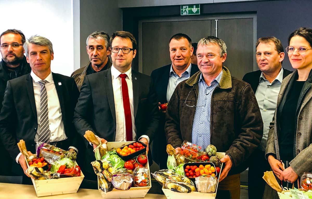 Olivier Allain, vice-président et Loïg Chesnais-Girard, président de la Région Bretagne accompagnés des présidents de Chambres d'agriculture de Bretagne lors de la visite de l'UCPT à Paimpol.