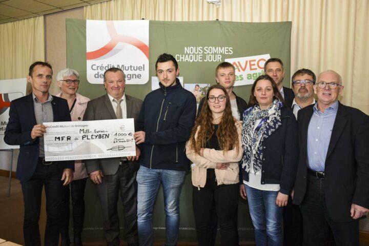 Henri Talarmain, Président sortant de la section finistérienne de la Caisse de Bretagne, et son successeur, François L'Haridon, ont remis un chèque de 1 000 euros aux lauréats départementaux du jeu-concours Agrigame.