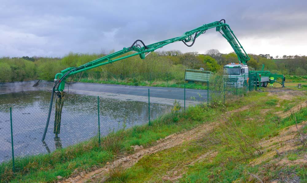 Le camion, équipé d'un bras d'une portée de 35 m, est capable de brasser, puis de pomper l'effluent peu chargé.