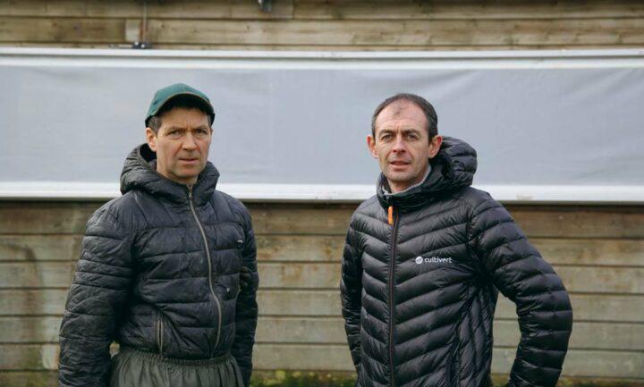 Stéphane Lestrohan (à gauche) a fait appel à Fabrice Bernard (à droite), technicien Cultivert, pour l'accompagner dans le choix du bon filet brise-vent.