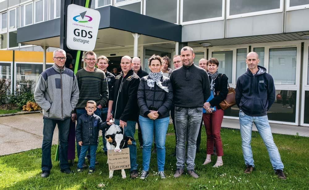 L'action des éleveurs au siège du GDS Bretagne à Ploufragan (22).
