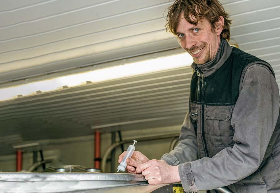 Grâce à une seringue, tous les 15 jours, Grégory Breton prélève un échantillon d'une traite dans le tank. Suite au génotypage de toutes les vaches, ce lait de mélange va permettre de déterminer en laboratoire le taux cellulaire de chaque animal.