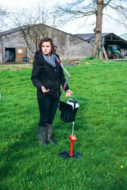 Agathe Moisan, conseillère en pâturage, présente le C10, un herbomètre électronique développé en Nouvelle-Zélande pour faciliter le suivi de la pousse de l'herbe.
