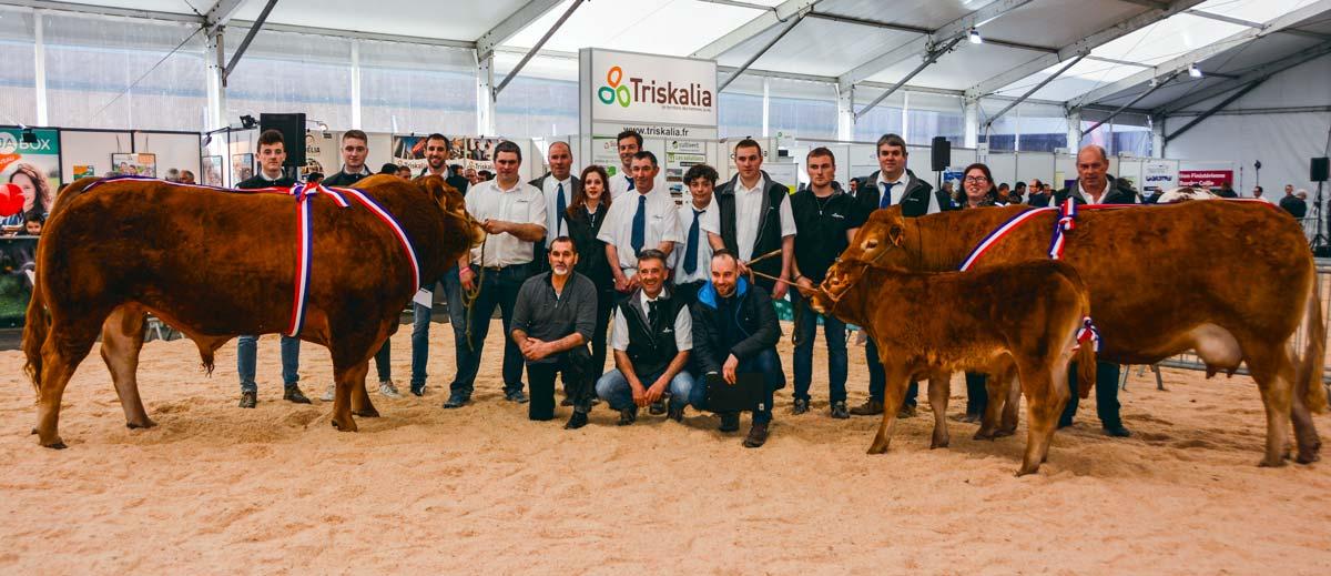Les éleveurs posant avec Maestro, animal sacré champion de ce concours.