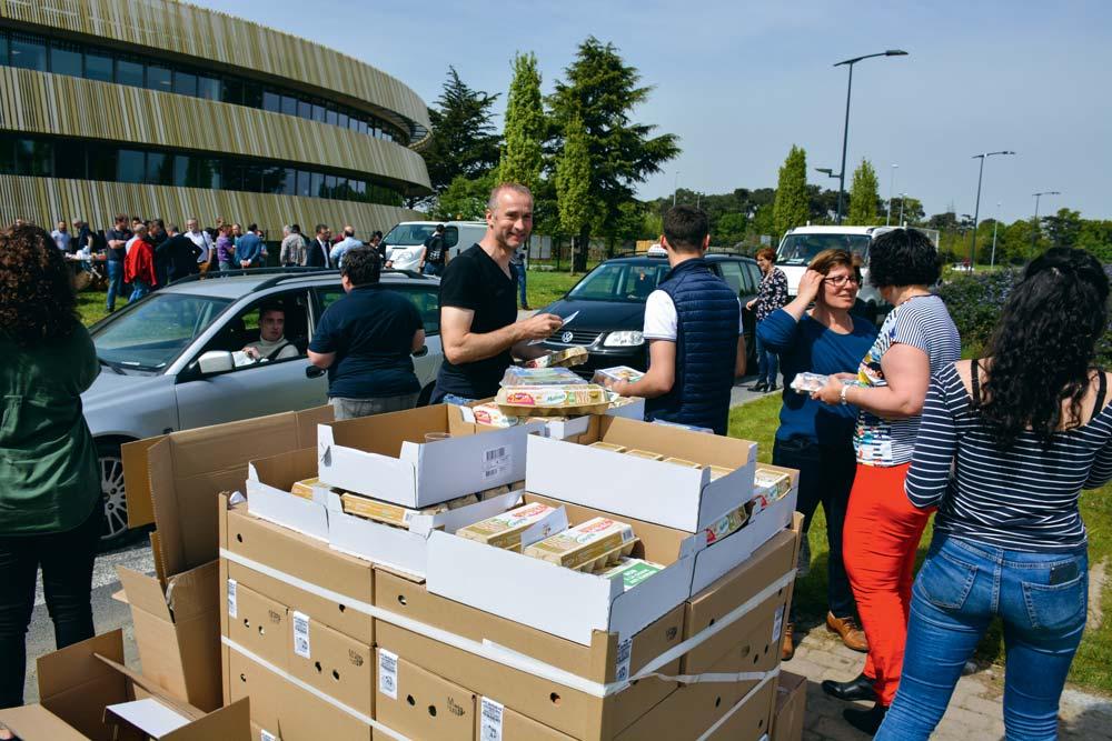 Des œufs ont été distribués aux automobilistes en leur expliquant les efforts financiers réalisés par les éleveurs en matière de bien-être animal.