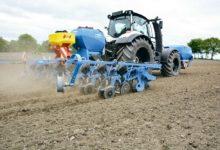 Le semoir de 8 rangs et 6 m de large est capable de semer à une vitesse comprise entre 8 et 15 km/h.