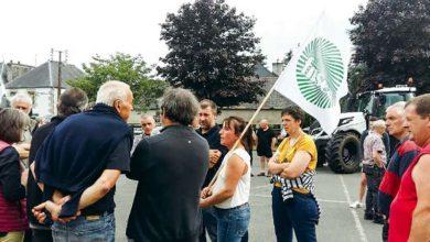 Photo of Coquelicots et syndicalistes agricoles débattent à Callac