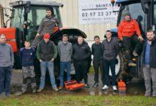 Photo of Ils se forment à la maintenance des tracteurs