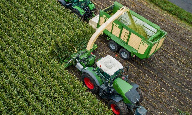 Photo of Une ensileuse montée sur un tracteur